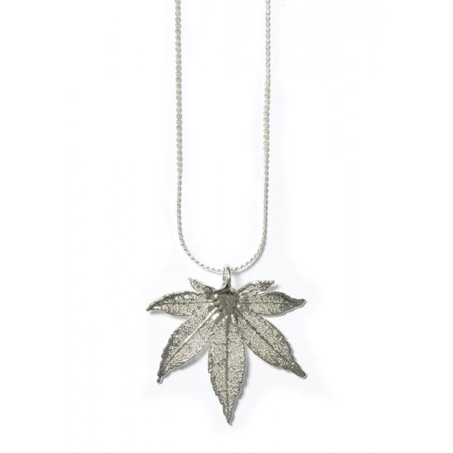 Медальон с посребрено листо от японски клен