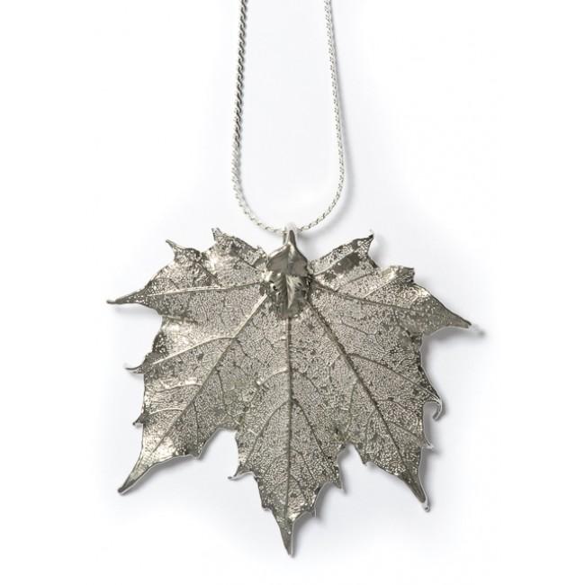 Медальон с посребрено листо от клен